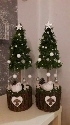 21 Christmas Cake Stand Decorating Ideas to Deck the Halls - The Trending House Noel Christmas, Diy Christmas Ornaments, Rustic Christmas, Christmas Wreaths, Christmas Crafts, Pink Christmas, Christmas Centerpieces, Xmas Decorations, Xmas Tree