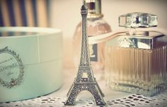 Smile Disguised: Torre Eiffel