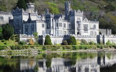 Kylemore Abbey, dimora dell'Ottocento collocata in un paesaggio pittoresco nella selvaggia regione del #Connemara in #Irlanda, molto caratteristica per i suoi muretti di pietra, le piccole fattorie e i cottage dal tetto di paglia.