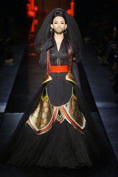 Chiusura col botto da Jean Paul #Gaultier alla Paris Fashion Week. Sfila #Conchita, la drag queen austriaca vestita da #sposa in nero.http://www.sfilate.it/229458/conchita-wurst-diventa-modella-per-jean-paul-gaultier