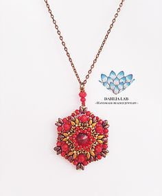 da un'attenta e ricercata combinazione di perline, nasce la collezione di ciondoli Dahlia, ispirata dalle diverse ed uniche varietà di dalia nel mondo