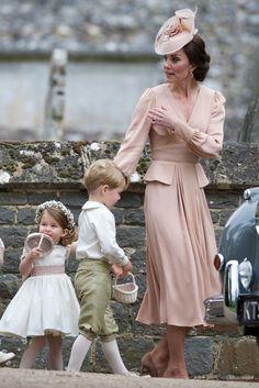 Кейт Миддлтон в Alexander McQueen с принцессой Шарлоттой и принцем Джорджем на свадьбе своей сестры Пиппы в поместье Энглфилд Грин в графстве Суррей