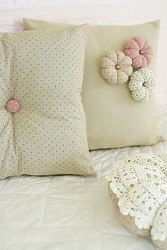 Sewing Pillows Simple and easy to make cushions - love the handmade puffy flowers! Cute Cushions, Cute Pillows, Decorative Cushions, Scatter Cushions, Diy Pillows, Throw Pillows, Handmade Cushions, Sewing Crafts, Sewing Projects