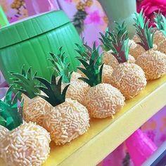 Que fofura a ideia do Abacaxi no brigadeiro gourmet ! Aloha Party, Moana Birthday Party, Hawaiian Birthday, Luau Birthday, Luau Party, Birthday Parties, Flamingo Party, Flamingo Birthday, Festa Moana Baby