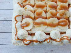 Merengue schuimtaartje met banaan en karamel - liefdevoorbakken.nl #merengue #schuimtaartje #merenguetaartje #taart