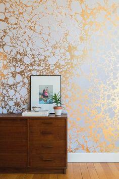 idee deco couloir avec papier peint balnc design doré, p'tet argenté