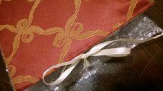 Pluriball e stoffe preziose e fantasiose cucite assieme per creare originali porta libro, porta cd e porta regalo in genere! Reuse and chic