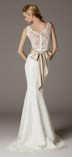 V Neck Wedding Dress In An Full Length Trumpet Silhouette Scalloped Edges Ar