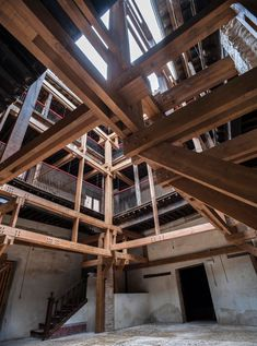 A Toledo project selected for the next Venice Biennial La Tribu Timber Architecture, Timber Buildings, Architecture Details, Materials And Structures, Wood Truss, Timber Structure, Light In, Pole Barn Homes, Timber House
