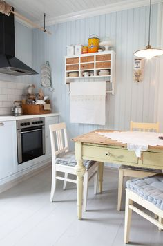 I LOVE this pale blue with white cabinetry . Possible kitchen colors— oh, the choices! Small Cottage Kitchen, Warm Kitchen, Cottage Kitchens, Kitchen Dining, Kitchen Decor, Kitchen Colors, Country Kitchen, Scandinavian Cottage, Modern Scandinavian Interior