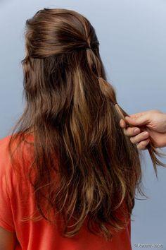 """9 - Prenda um terceiro elástico à mesma distância, deixando o penteado com dois """"gominhos"""";"""
