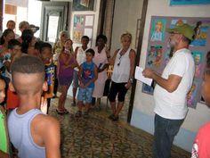 El artista cubano César Leal en inaugurando una exposición en su galería taller de Regla