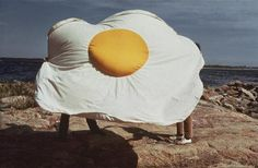 (SE) Claes Oldenburg - Sculpture in the Form of a Fried Egg Pop Art Party, Huevos Fritos, Food Sculpture, Egg Art, Jim Dine, Everyday Objects, Public Art, Installation Art, Oeuvre D'art