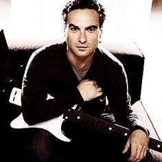 Johnny Galecki plus guitar= SUPER SEXY!
