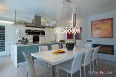 Při zařizování volila architektka převážně bílou barvu, která je elegantní a prostor zvětšuje i prosvětluje.