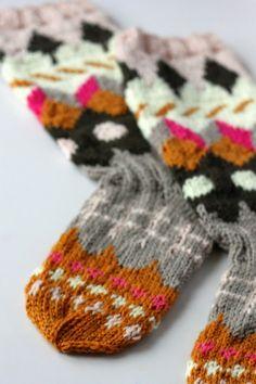 Tartan, Plaid, Knitting Socks, Wool Socks, Warm Outfits, Yarn Crafts, Fingerless Gloves, Arm Warmers, Mittens