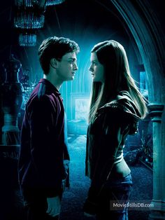 A gallery of Harry Potter and the Half-Blood Prince publicity stills and other photos. Featuring Daniel Radcliffe, Emma Watson, Rupert Grint, Bonnie Wright and others. Harry Potter Movie Posters, Harry Potter Ginny Weasley, Gina Weasley, Harry And Ginny, Harry James Potter, Harry Potter Quotes, Harry Potter Universal, Harry Potter Characters, Desenhos Harry Potter