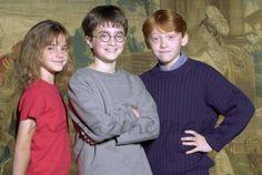 """Este fin de semana los protagonistas de """"Harry Potter"""", Emma Watson y Daniel Radcliffe estrenan sus últimos trabajos en la gran pantalla. Emma Watson se transforma en Bella en la última adaptación de Disney, """"La Bella y la Bestia"""", y Daniel Radcliffe sufre una transformación radical en """"Imperium"""". Daniel Radcliffe, Emma Watson y Rupert Grint - Harry Potter (2000)"""