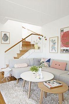 Sala feminina com sofá em L. Duas mesas de centro redondas. 14 dicas para organizar e manter a casa sempre arrumada