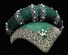 Particolare copricapo in raso decorato da passamanerie e perle. Costo £70