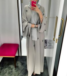 Emirates Dressing online shopping store offers beautiful Abaya dresses directly from the UAE. The Emirates Abaya will take you anywhere from trips in the desert, to shopping, to 5 star restaurants and weddings. Hijab Chic, Hijab Elegante, Arab Fashion, Islamic Fashion, Muslim Fashion, Modesty Fashion, Female Fashion, Hijab Outfit, Hijab Dress