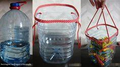 Cestinho útil para organização de pequenos objetos, por reutilização de garrafas PET. Acabamento e alcinha em tecido.
