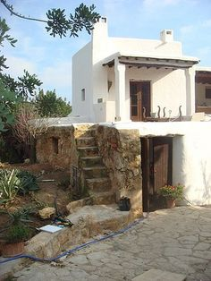 Rock plinth with plaster volume Ibiza, Future House, My House, Casas Containers, Adobe House, Desert Homes, Mediterranean Homes, Spanish Style, Exterior Design