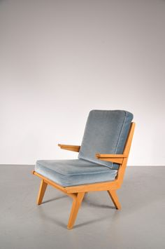 This easy chair was manufactured in the Netherlands in the 1950s by Gelderland. The frame is made from beech and the cushions are velvet. It is in very good vintage condition.