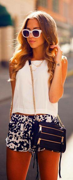 Shorts abombados y estampados con blusa básica blanca #elplanetadelasmarcas.es #welovefashion #wow #veranito