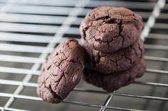 Gluténmentes kakaós keksz: csak úgy kapkodod egyiket a másik után - Recept   Femina Ice Cream, Cookies, Chocolate, Sweet, Desserts, Food, Paleo, Ice Candy, Candy