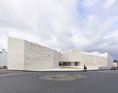 "Edificio Cultural ""Cour et jardin"""