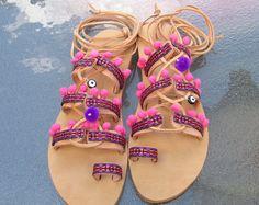 """Recortar a mano Gladiator Boho sandalias de cuero nuevas con trim, étnico de pink pom pom, pompones ojo malvado encanto y púrpura, """"PINK SPARTAN"""""""