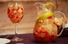 1 Garrafa de vinho branco gelado   2 Xíc. de frutas picadas – uva, maça, manga, morango, kiwi, laranja, pêssego  2 Cálices de licor de laranja  2 Cálices de club soda ou água com gás  Gelo picado  Açúcar a gosto  Modo de preparo:  Coloque as frutas picadas em uma jarra e despeje o licor sobre elas. Espere alguns minutos.  Adicione o ClubSoda (alguns usam Champagne/Espumante) e o gelo picado. Por último o vinho branco bem gelado.