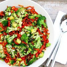 Broccolisalat med mango, sesam og spicy thaidressing #søndagsmad #hyggemedungerne #ravfoodsalat #salat #broccoli #broccolisalad #broccolisalat