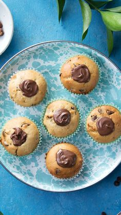 Choc-Hazelnut-Stuffed Chocolate Chip Muffins Muffins are for people who don't have the guts to order cake for breakfast. Cupcake Recipes, Baking Recipes, Cookie Recipes, Dessert Recipes, Easy Desserts, Delicious Desserts, Yummy Food, Tasty, Cupcakes