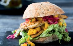 Juicy mexiburger with chicken and mango salsa - a delicious fast food dish. (Recipe in . Mango Salsa, Pizza Wraps, Good Food, Yummy Food, Dinner This Week, Mexican Food Recipes, Ethnic Recipes, Salmon Burgers, Food Dishes