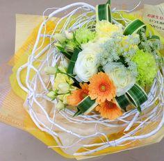お誕生日 白の塗り枝を使った遊び心のある花束