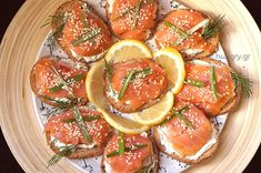 Kitchen Stori.es: Καναπεδάκια Καπνιστού Σολωμού Finger Food Appetizers, Finger Foods, Smoked Salmon Canapes, Salmon Appetizer, Star Wars Cake, Kitchen Stories, Bruschetta, Catering, Fruit