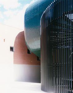 Lastre in grès porcellanato. Non solo pavimenti, ma rivestimenti di interni e applicazioni in facciata. Scoprite tutto quello che la #ceramica può fare, nella sezione Engineering del nostro sito. #inspirational #architecture #design   http://www.casalgrandepadana.it/engineering/facciate-ventilate