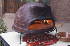 De Sol-y-Yo stenen #pizza #oven is verbazingwekkend eenvoudig te gebruiken. In 15 minuten kunt u de oven voorverwarmen en pizza in de oven leggen. Het voorverwarmen van de oven is erg eenvoudig. Leg kleine stukjes hout in de achterkand en al snel krult het vuur langs de koepel, via de schoorsteen.  Verras uw vrienden en begint met een aantal gezonde gourmet pizza's bij uw volgende BBQ feest.