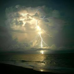 Watch a storm from the beach Lightning Photography, War Photography, Types Of Photography, Landscape Photography, Nature Pictures, Cool Pictures, Vero Beach Florida, Thunder And Lightning, Lightning Storms