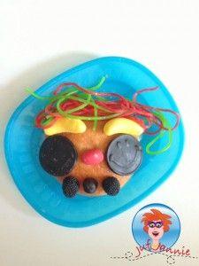 Koek versieren met kinderen. Leuk om te doen als activiteit op een kinderfeestje. Zie hoe het moet op mijn website.