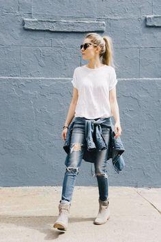 O inverno está chegando, mas por enquanto que estamos na meia estação, vale investir no look com um casaco leve amarrado na cintura. Esse look básico de camiseta branca, jeans rasgado e botinha cinza ficou ainda mais legal com a camisa jeans amarradinha.