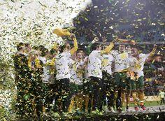 O time de futebol da Austrália comemora vitória sobre o Iraque nas eliminatórias asiáticas. O resultado garantiu a classificação da seleção australiana para a Copa do Mundo de 2014 - http://revistaepoca.globo.com//Sociedade/fotos/2013/06/fotos-do-dia-18-de-junho-de-2013.html (Foto: AP Photo/Rick Rycroft)