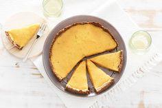 Pompoen kokos taart met pecan korst. Fluweelzacht en fris vanbinnen, lekker knapperig vanbuiten. Vegan recept
