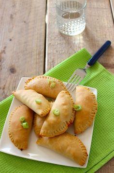 Empanadas met kip Tijd: 20-25 min. + 20 min in de oven Recept voor circa 10 empanadas   1 kipfilet 1 paprika 1 ui 1 tl paprikapoeder  10 velletjes hartigtaartdeeg (ontdooid) 1/2 tl komijnpoeder snufje chilipoeder geraspte kaas
