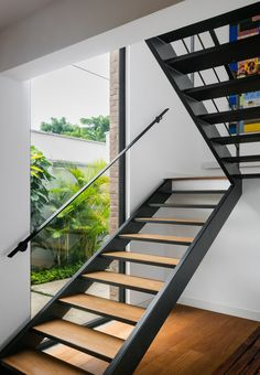 Gallery of Granja Julieta House / Jamelo Arquitetura 18 Modern Stairs Arquitetura Gallery Granja House Jamelo Julieta Staircase Design Modern, Modern Stair Railing, Interior Staircase, Home Stairs Design, Modern Stairs, Stair Railing Design, Floating Staircase, House Stairs, Stairs Window