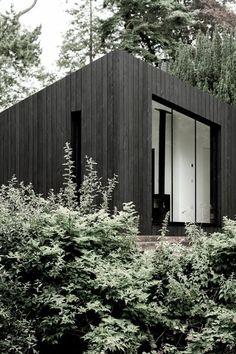 These Sleek Prefab Cabins Radiate Scandinavian Style - Architecture Prefabricated Cabins, Modular Cabins, Modular Homes, Modern Cabins, Small Modern Cabin, Prefab Homes Uk, Small Prefab Cabins, Scandinavian Cabin, Scandinavian Design