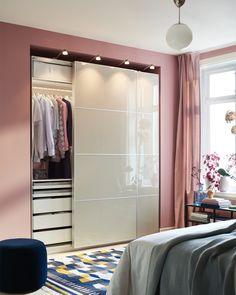 Fiecare lucru își are locul lui - cel puțin în dulapul PAX. Geanta ta nu mai trebuie să stea agățată de un scaun, iar cizmele să îți ocupe spațiul liber din hol. În spatele ușii glisante a dulapului PAX există spațiu pentru orice. Ikea, My Room, Interior Inspiration, Mid-century Modern, Sweet Home, Mid Century, Room Decor, Closet, Dressing