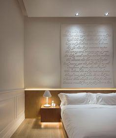 #Lifestyle | #Decoration_interieur #Interior_design | #Chambre #Bedroom #room | L'Hôtel Macalister Mansion situé en Malaisie est un ancien manoir colonial restauré et transformé en un lieu où l'art et la fantaisie ont la part belle. | Art Concept Design - Sonnet (finition acrylique blanc et peint à la bombe) Artiste : Aaron Lee, Singapour (via Fost Galerie Singapour)